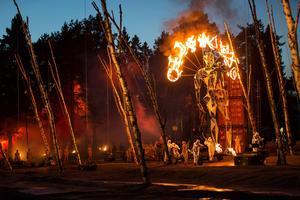 Thomas Lander (Orestes) gör entré på sin brinnande ståljätte.