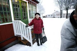 Redo för torsdagens inköpsrunda. Sonja Claesson är jätteglad att det kommer en minibuss varje torsdag och kör henne och andra pensionärer till affären för att handla.