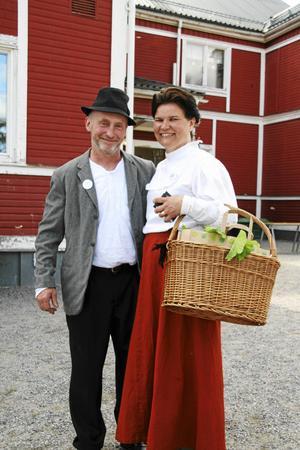 Glada och tidsenliga marknadsbesökare var Åke och Tarja Lindqvist. Foto: Markus Melin