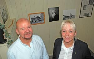 """""""Folk ringer och är intresserade av att bli tatuerare"""", säger Tommy Turpeinen och Carina Isenberg. Foto: Linnea Kallberg/DT"""