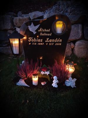 En bild från vår sons gravplats. En plats som jag går till varje fredag och alla högtider. Det här är en bild från alla helgonsdag. Foto: Carina Landén