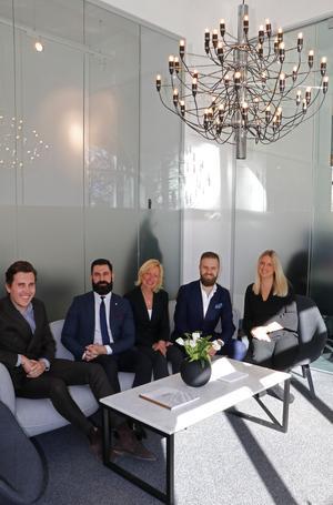 Att sälja hus och bostadsrätter är ett teamarbete, framhåller Gabriel Damar och Andreas Rutqvist – här med kollegorna Anton Olsson, Anna Larsson och Amanda Käll. På bilden saknas Roland Karlsson och Gro Velta.