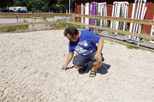 Det nya underlaget består av finkornig sand blandad med bitar av textilfiber.