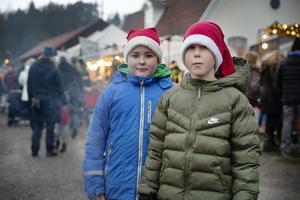 Isak Edvardsson och Elias Sjökvist från Borlänge tog en paus i säljandet av vetekuddar och dalahästar och passade på att vinna på chokladhjul.