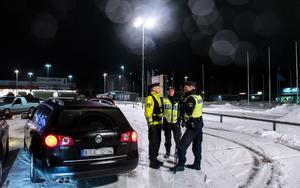 Flera olika grupper inom polisen deltog i insatsen i Birsta. På plats fanns trafikpoliser, områdespoliser och ungdomspoliser.