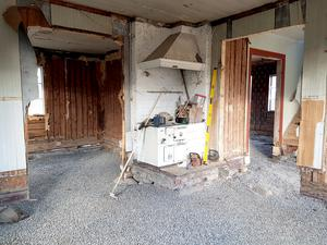 Huset var snett och vint men själva stommen var frisk. Efter att ha grävt ur och stagat upp fyllde de på med många lass grus.