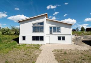 Det här huset i Komnäs utanför Örnsköldsvik såldes för 2,3 miljoner kronor. Foto: Mäklarhuset