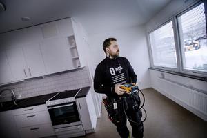 Linus Rauséus från Stigebäcks elektriska kontrollerar bredbandsuppkopplingarna i de nyrenoverade lägenheterna inför slutbesiktningen som är aktuell i dagarna.