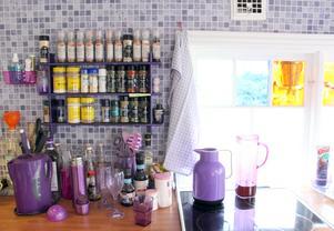 Våtrumsgolv med mosaikmönster över köksbänken.