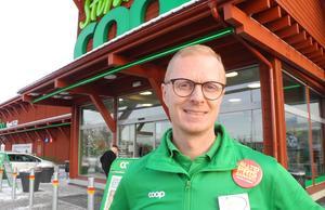 Erik Nilsson, butikschef vid intilliggande Coop-butiken berättar att många väljer att ställa sig på deras parkering. Men genom ett smart drag så har de lyckats få in många av julmarknadens besökare till sig.
