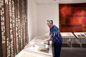 Ann Olander lägger sista handen på utställningen som öppnar idag.