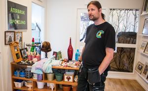 Patrik Lantz  visar prylar som de som jobbar på Aros 2C själva har gjort. Bland annat vetekuddar, vinställ och byggt om en gammal klocka.