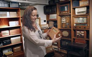Radioapparater från förr i mängder finns samlade i källaren.
