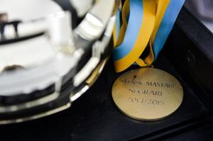 Guldmedaljen finns förstås också sparad i glasskåpet.