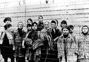 En grupp med barnfångar i Auschwitz befriade av Röda armén den 27 januari 1945.Foto: AP