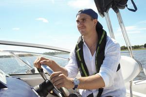 Paret är inne på sitt andra år med båt och även om Mikael inte är uppväxt med det så börjar han fastna för båtlivet.