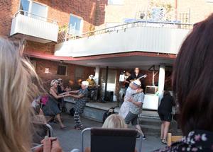 Dansen är snabbt igång framför lastkajs-scenen.
