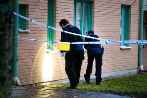 Kriminaltekniker arbetade på brottsplatsen i flera timmar på måndagen.