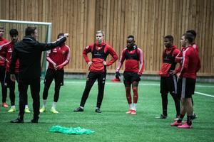 Ian Burchnall instruerar spelare i ÖP-hallen.