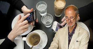 Tystnad och mobiler har ersatt samtalen vid kaféborden, skriver Erik Eriksson i dagens krönika. Foto:Jessica Gow/TT