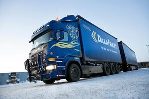 Det som främst utmärker den tyngre lastbilen är antalet hjul, för att fördela lasten. Nio axlar totalt har ekipaget.