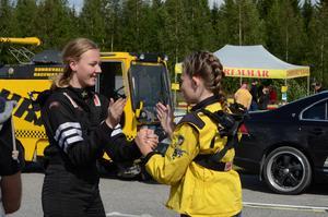Tindra Christensen, till vänster, och Lina Andersson, roar sig medan de väntar på att få köra.