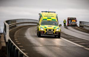 En person fördes i ambulans från olycksplatsen på bron till akutmottagningen i Västerås.