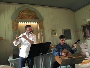 Tobias Carron, flöjt, och Per Skareng, gitarr, bjöd publiken i ett fullsatt Böna kapell på musik från olika delar av världen, men hamnade till slut hemma i Sverige och hos Bellman. Foto:Lars Westin