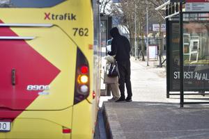 Att tränga sig förbi en stillastående buss är inte att rekommendera.