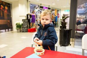 Sven Stistrup såg precis som många av de andra barnen fram emot godisregnet, men passade på att pyssla i väntan på sötsakerna.