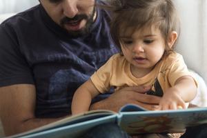 """Debattörerna reagerar på att kommunen minskar på modersmålsundervisningen för små barn – och drar parallellen att det är som att """"avstå från att läsa barnböcker för 0–3-åringar med motiveringen att stärka 4–5-åringarnas läskunnighet."""" Foto: Isabell Höjman/TT"""