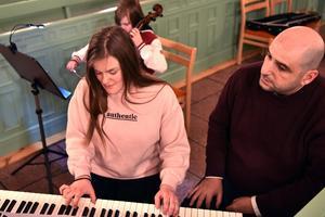 Ellen Kimstål övar sig en sista gång inför spelningen i Älvdalens kyrka.