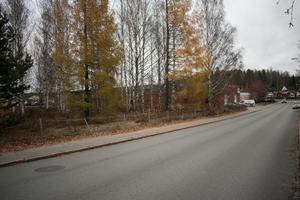 Jägarnäsvägen fungerar just nu oftast som en allmän förbifart. Snart kan allmänheten få anledning att stanna till här för att spela padel.
