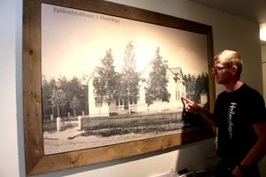 Från början var huset mindre, men när det skulle bli ett epidemisjukhus 1860 byggdes det ut med den högra delen och övervåningen.