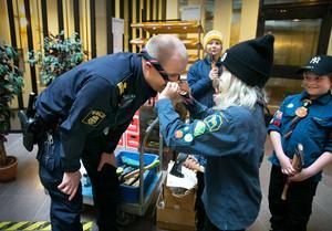 Polisen Jocke Sohlberg fick ta emot en handgjord gåva som tack från Järlindens scoutkår.