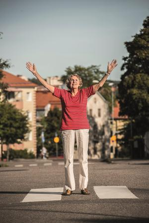 Inger är en av de årsrika som vittnar om glädjen i att åldras i utställningen