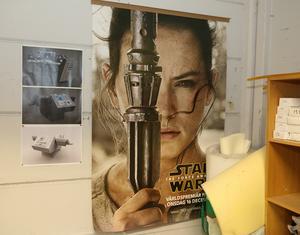 Rey, som är huvudpersonen i de tre senaste Star Wars-filmerna, finns också med på ett hörn i verkstaden.