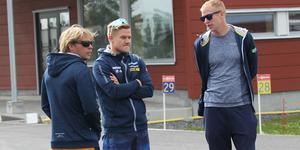 Johannes Lukas har tagit över som huvudtränare för det svenska skidskyttelandslaget efter Wolfgang Pichler. På bilden diskuterar han dagens pass med skyttetränaren Johan Hagström, till vänster, och A-lagstränaren Mattias Nilsson, till höger.