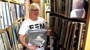 Nu är affären klar. Conny Persson i Bomhus, före detta bibliotekschef, har sålt sin skivsamling på omkring 24 000 vinyler (och runt 1 500 stenkakor). John Coltrane är hans favorit, men han får inte heller vara kvar.