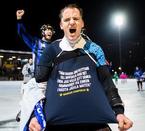 Markus Kumpuoja med sin t-shirt efter att ha sänkt Hammarby på Zinkensdamm. FOTO: Andreas Sandström/Bildbyrån