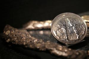 Silvermedalj föreställande Karl XI:s besök i gruvan. Medaljen gjordes som present till kungen. Foto: Björn Carlander