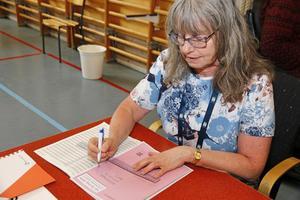 Annica Gavelin jobbar som röstmottagare på Hamreskolan under EU-valet, något hon också gjorde under riksdagsvalet i höstas. Uppslutningen nu är mycket mindre än i fjol, tycker hon.