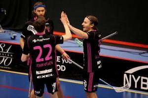 Alexander Galante Carlström jublar efter ett mål tillsammans med klubb- och landslagskompisarna Jonas Adriansson och Emil Johansson.