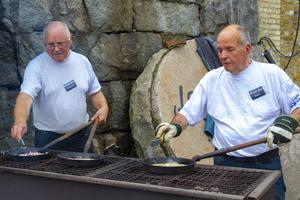 Varm vid grillen när drygt 100 personer väntar på kolbulle. Stekansvariga var Lennart Norgren och Gert Östlund.