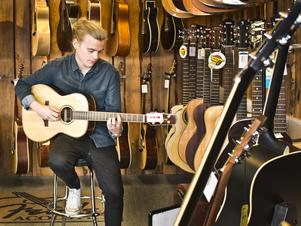 Jesper Lamberg fyller 20 år den 7 oktober. På fritiden spelar han gärna gitarr.