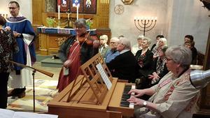 Anna Andersson vid orgeln och Anna-Karin Kylander på fiol spelade Helmy Hanssons stämningsfulla låt