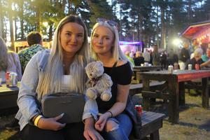 Matilda Skog och Engla Ericsson (från vänster) från Östervåla, fick en ny kompis under kvällen.