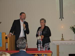 EFS distriktsföreståndare Mikael Artursson höll en andakt och överlämnade en gåva till EFS i Gidböle som ordförande Lotta Sjöberg fick ta emot. Foto: Kurt Söderlund