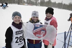 Ida Nyberg, Meja Salomonsson och Nika Krusell hejar på Funäsdalen.