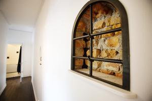 Väggfast fönstergaller som dekoration.